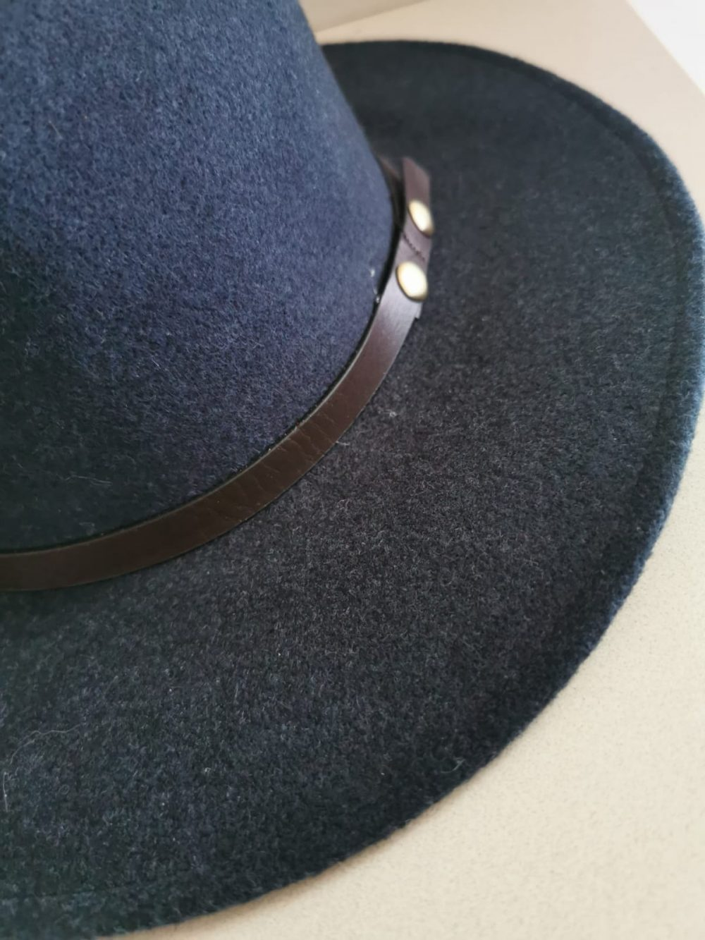 """כובע """"פדורה"""" כחול נייבי"""